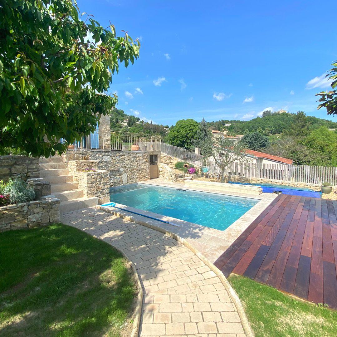 dernière réalisation de piscine avec aménagement extérieur
